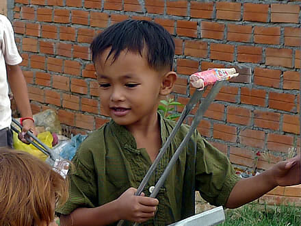 Cambodia-children-picking-up-plastic-03